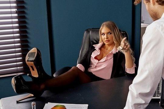 Начальница Alison Avery поощряет секретаря жарким сексом в офисе за хорошую работу