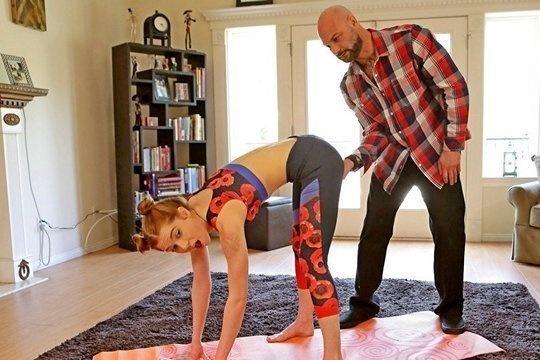 Рыжая красотка Pepper Hart после йоги трахается в попку с папашей