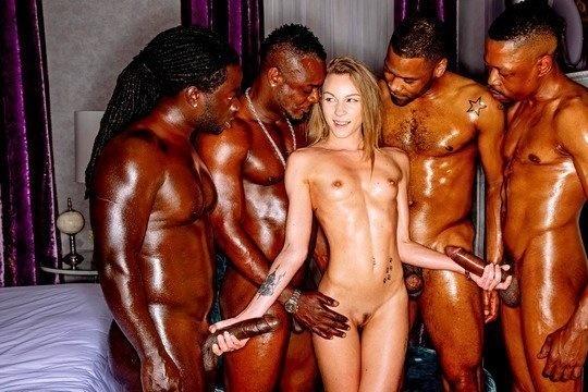 Толпа негров ебет молоденькую проститутку во все дырочки