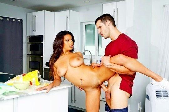 Парень имеет на кухне девушку лучшего друга в киску