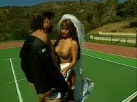 Секс с грудастой азиаткой в свадебном платье на теннисном корте